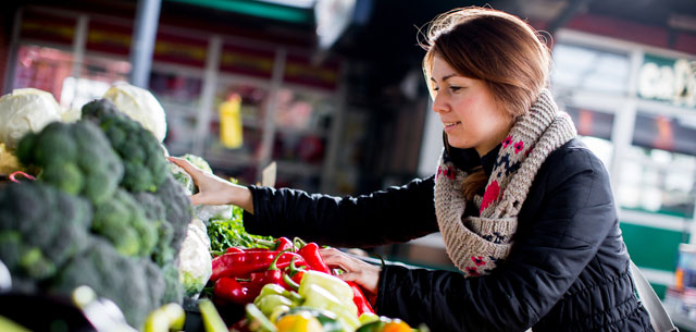 picture of shopper choosing organic produce